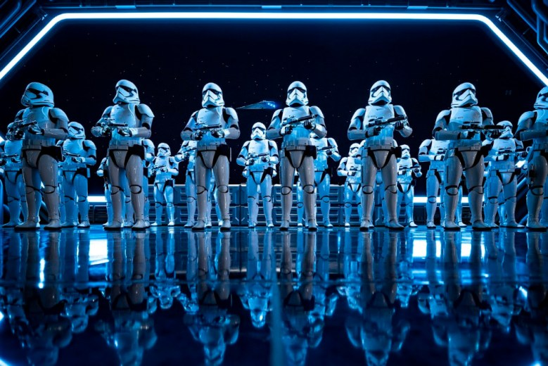 Grupo de stormtroopers en Disneylandia