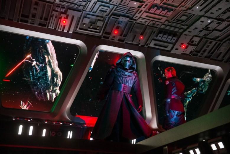 Kylo Ren dentro de la atracción de Star Wars: Rise of the Resistance en Disneylandia