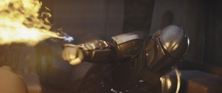 El mandaloriano con su arma de fuego