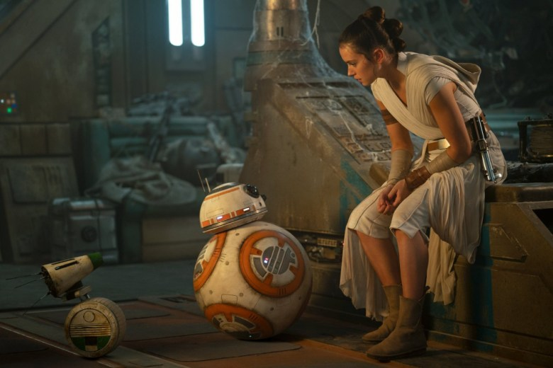 Rey, BB8 y D-O en una escena de la película Star Wars the Rise of Skywalker