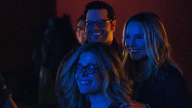 Jennifer Lee, Josh Gad y Kiristen Bell bajo una luz azul