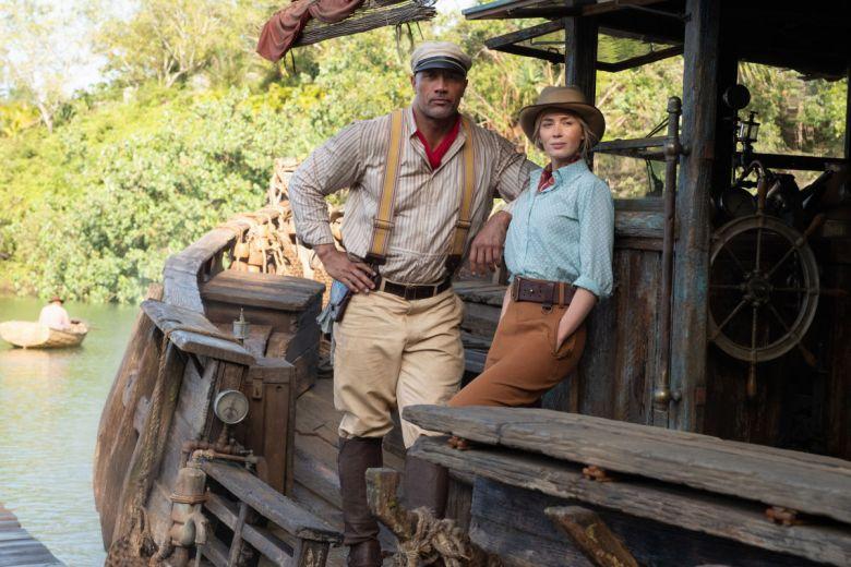 Dwayne Johnson y Emily Blunt en una escena de Jungle Cruise, una película de Disney