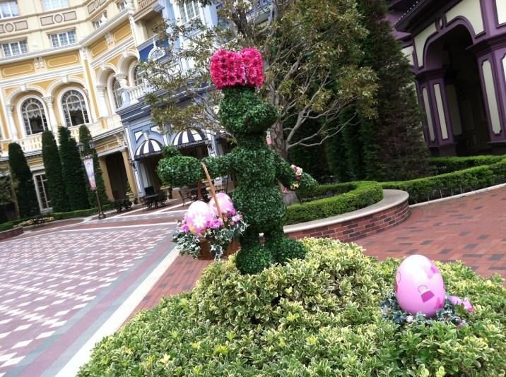 Daisy topiary with Daisy-themed eggs