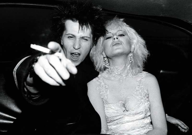 sid and nancy in the back of a cab