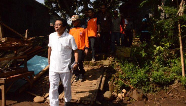 Wabup Kunjungi Rumah Roboh di Sukorambi (9)