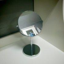 """Espejo de pie de 15cm de diámetro. Por dos euros no está mal, aunque parece que se va a desmontar de un momento a otro. La pila del lavabo es grande, y es difícil acercarse al espejo para hacer control de daños cuando una pestaña se mete en el ojo, por ejemplo. Así que me viene de perlas (y ya de paso también ayuda a practicar la """"chapa y pintura"""" de ojos)"""