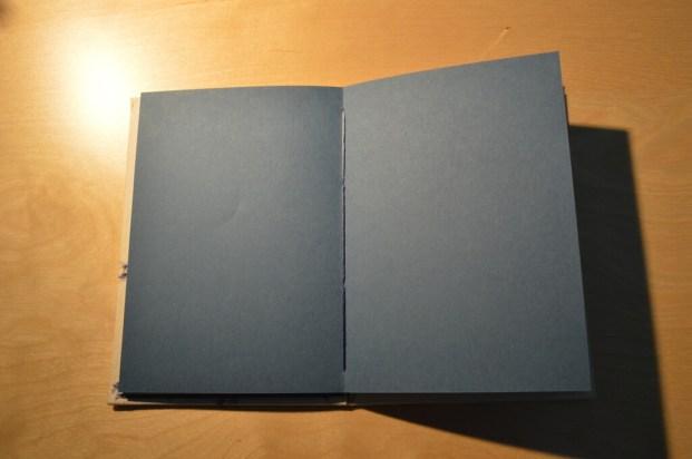 Páginas interiores azules.