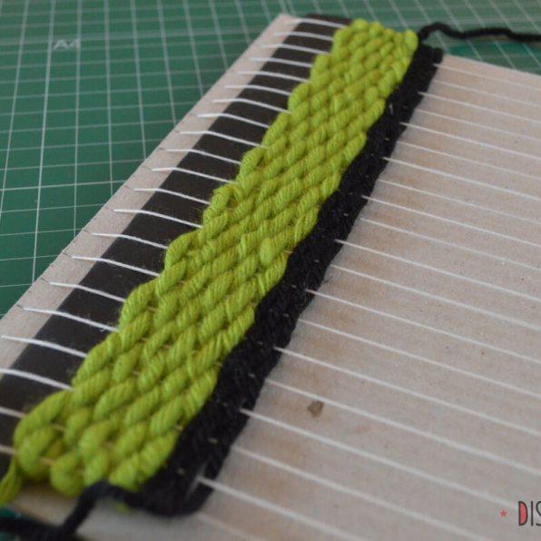 Punto básico verde gordo, y el mismo con lana negra más delgada
