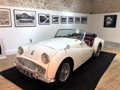 Exposition Johnny Hallyday Voiture Triumph TR3 blanche