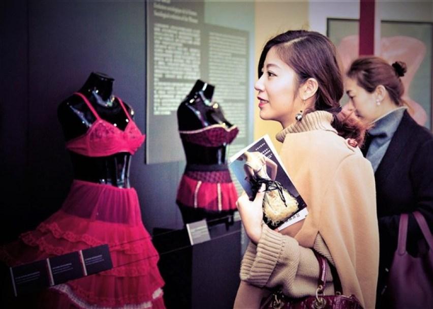 Exposition lingerie corset Shanghai Nuits de Satin Vernissage