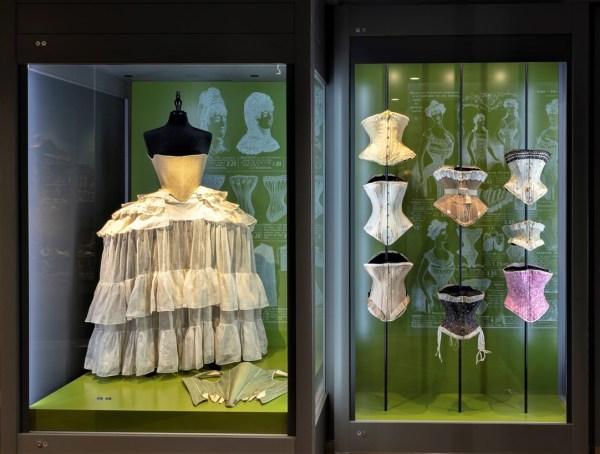 Korsetts-Corsets collection Nuits de Satin - panier - tournure