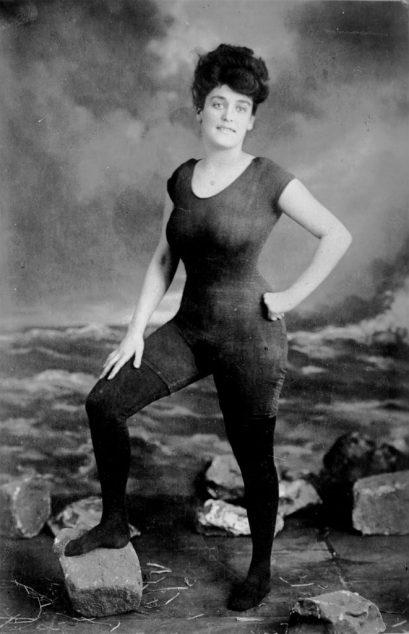 Cette image a un attribut alt vide; le nom du fichier est 1919-Annette-Kellerman-posant-dans-le-maillot-de-bain-quelle-a-inventé-en1919.-662x1024.jpg