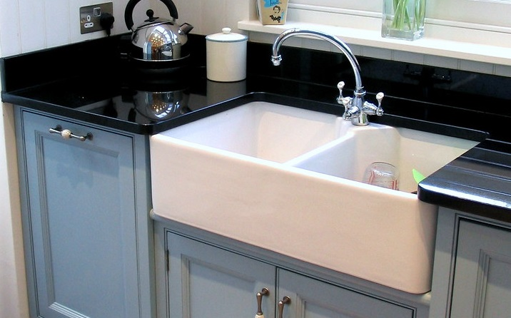 it cost to install a farmhouse sink