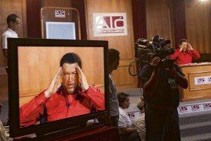 Entre golpes y besos: la regulación de medios en Venezuela