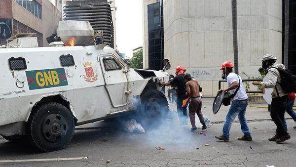 Venezuela: tanqueta de policía arremete contra manifestantes en duras protestas