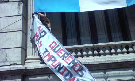 El día que los guatemaltecos acorralaron y encerraron a su Congreso que legisló a favor de la impunidad