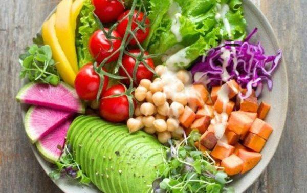 Alimentos que no deberías comer crudos si quieres evitar problemas