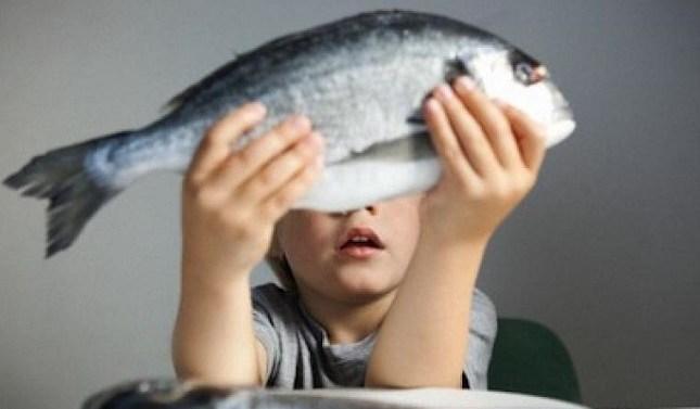 Los niños no deberían comer pescados grandes hasta los 10 años