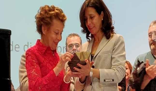 María Teresa Rodríguez Sainz-Rozas recibe el reconocimiento de los empleados de Galletas Gullón