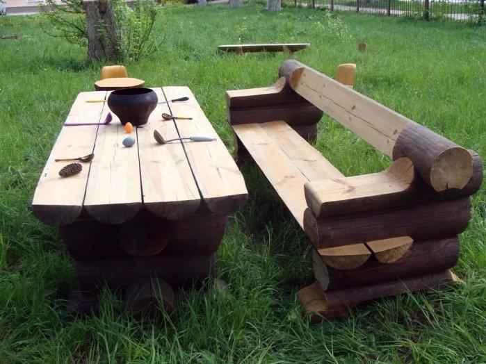 Из бревен для сруба можно сделать лавочку и стол, как на фото