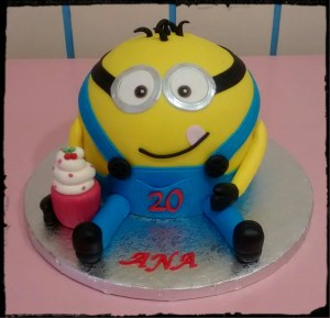 Tarta Minion tallado 3D con cupcake