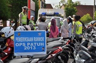 Personil Dit lantas Polada Aceh melaksanakan razia kendaraan bermotor di seputaran kota Banda Aceh