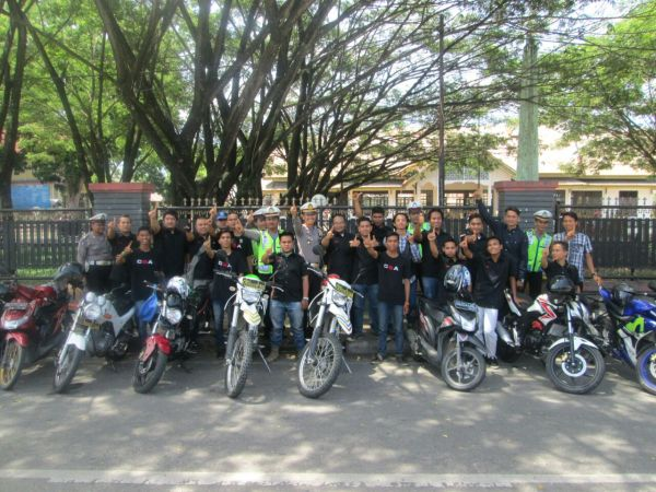 160604_acehtenggara_Pembagian-Brosur-Safety-Riding-di-Kampus-UGL_4