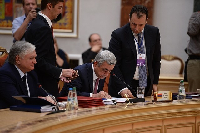 Belarus- Armenian President Serzh Sarkisian signs an accession treaty with the Eurasian Economic Union, Minsk, 10Oct2014.