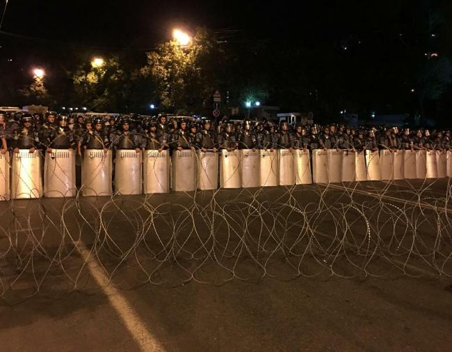 Riot police and barbed wire block protestors from marching down Baghramyan Street in downtown Yerevan on July 30, 2016. © 2016 Giorgi Gogia/Human Rights Watch