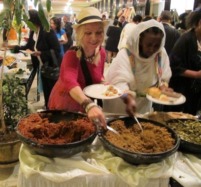 Jeg ble invitert i bryllup i Addis Abeba og fikk smake på alt av etiopisk mat. Favoritt er injera (sur pannekake) med Doro Wot, sterk krydret kyllingrett