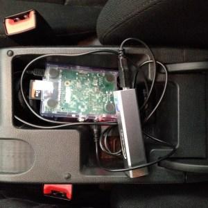 Der Raspberry passt bequem in die Mittelkonsole
