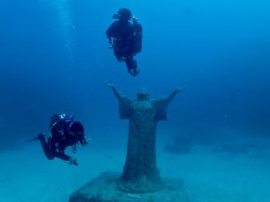 {:en}Underwater Christ Statue, deep dive in Malta, Imperial Eagle dive{:}{:it}Cristo sommerso vicino al relitto Imperiale Eagle vicino a DiveBase. Immersione profonda e da barca in Malta.{:}