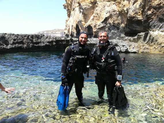 {:en}DiveBase Malta Blue Hole, Gozo{:}{:it}DiveBase Malta Blue Hole, Gozo{:}