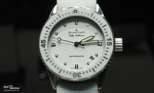 Blancpain bietet auch eine 38 mm grosse Option in mehreren Ausführungen an, hier die Ref. 5100-1127-NAWA mit weissem Nato-Band