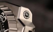 Erstmals verbaut Omega im Jahr 2009 ein integriertes Helumventil bei der Ploprof und spendiert der Uhr ein mehrteiliges Gehäuse