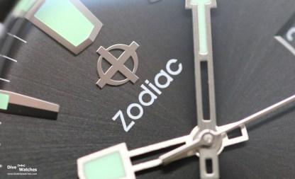 Die polierten Indexe und das Logo sind appliziert, die Zeiger gebürstet