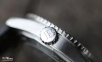 Die Uhr misst 13,4 mm in der Höhe und verfügt über eine grosszügig dimensionierte, verschraubte Aufzugskrone