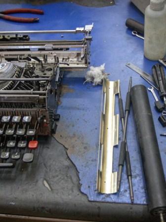 Máquinas de escribir, objetos de culto y colección; el arte de repararlas