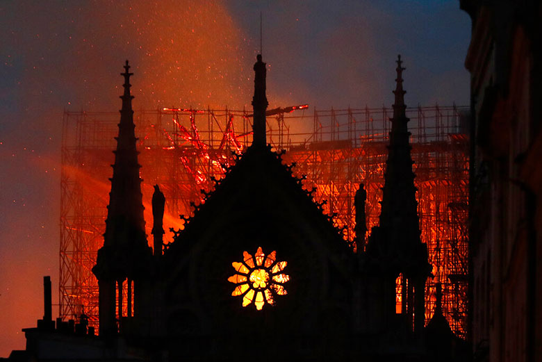 Arde la Catedral de Notre Dame, recinto emblemático de París