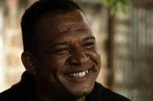 Carlos nascimento, coordenador do programa Rio sem Homofobia, da Secretaria de Assistência Social e Direitos Humanos, atribui a morte de Luiz Moura, mais conhecido como Guinha, à homofobia de líderes do tráfico de drogas no Complexo do Alemão.