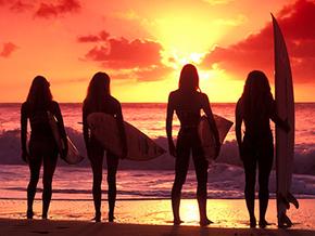 As atividades incluem clínicas de surfe, aulas de ioga, passeios e gastronomia.