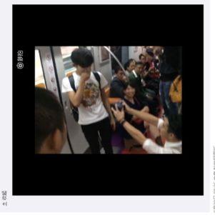 No interior do trem, um homem se ajoelha e pede para que passageiros sirvam de testemunhas