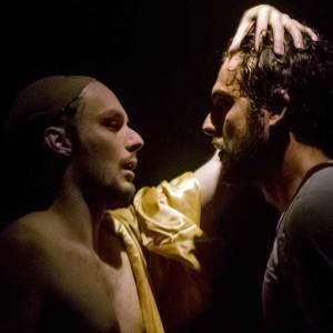 Os atores Antonio Motta e Marcos Reis em cena da peça 'Chuva G'