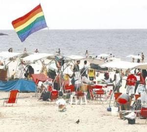 Cada turista LGBT representa quase  3 turistas do segmento lazer ou seja o seu gasto é três  vezes maior.