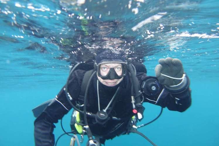 Dykker i vannflaten