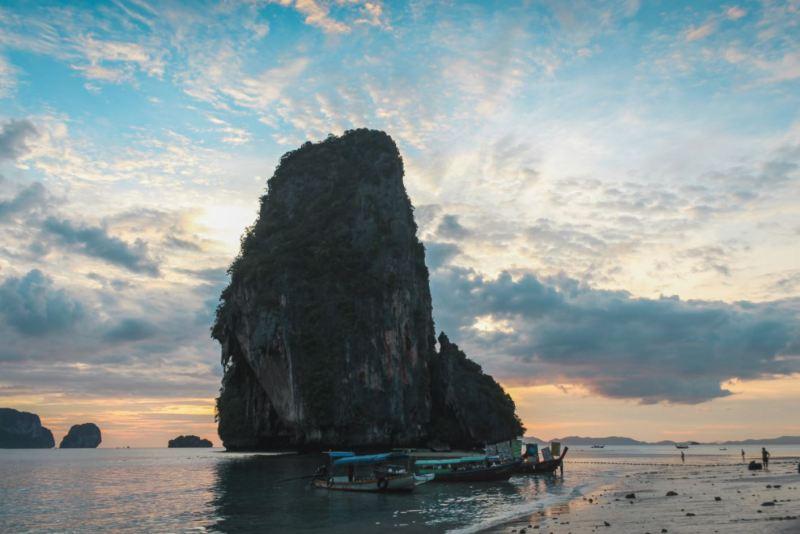 Peñón en la playa de Phra Nang