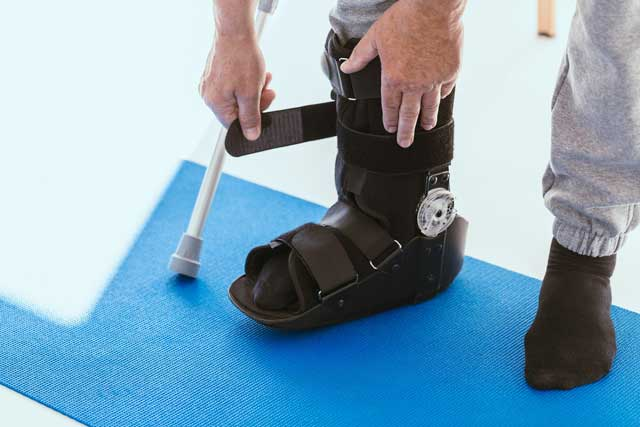 patient in a black leg brace in a physiotherapy of CSSBNFS
