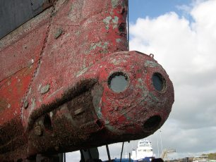 Calypso's rusted underwater observation chamber during refit in Concarneau in 2007. Photo by Massecot (Creative Commons)