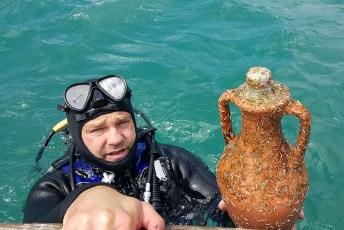 Winemaker and scuba diver Edi Bajurin with an amphora recovered from the Pelješac aquatorium. Photo © Edivo Winery