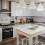 Antes y después de forrar los armarios de cocina con vinilo ¡Cambio radical!
